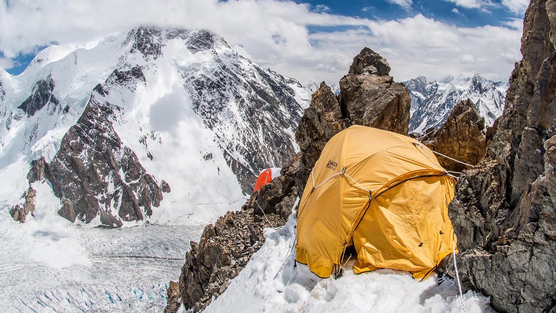 Výstup do výškových táborov C1 (5800m) a C2 (6700m), zhoršenie počasia a návrat do Base Campu