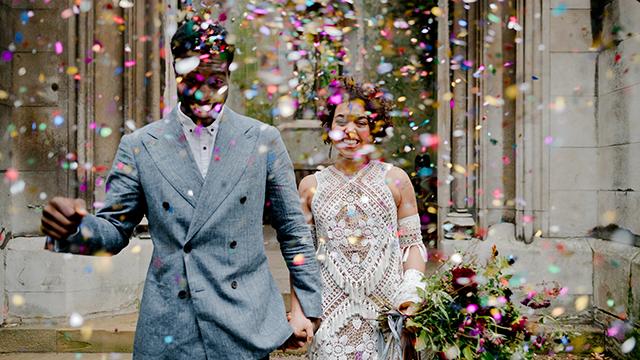 Novomanželia zaplavení konfetami – to je vždy skvelý záber. Nadia Meli
