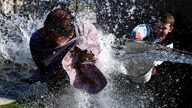 Veľkonočná oblievačka z traktora i konského záprahu. Radovan Stoklasa a jeho fotografovanie s povolenými stratami :-)