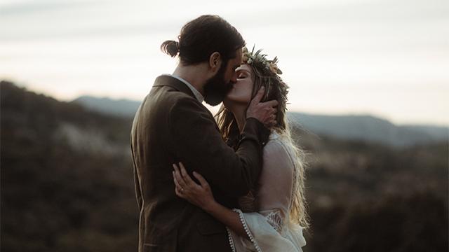 Svitá na šťastnejšie dni: svetlo vo svadobnej fotografii